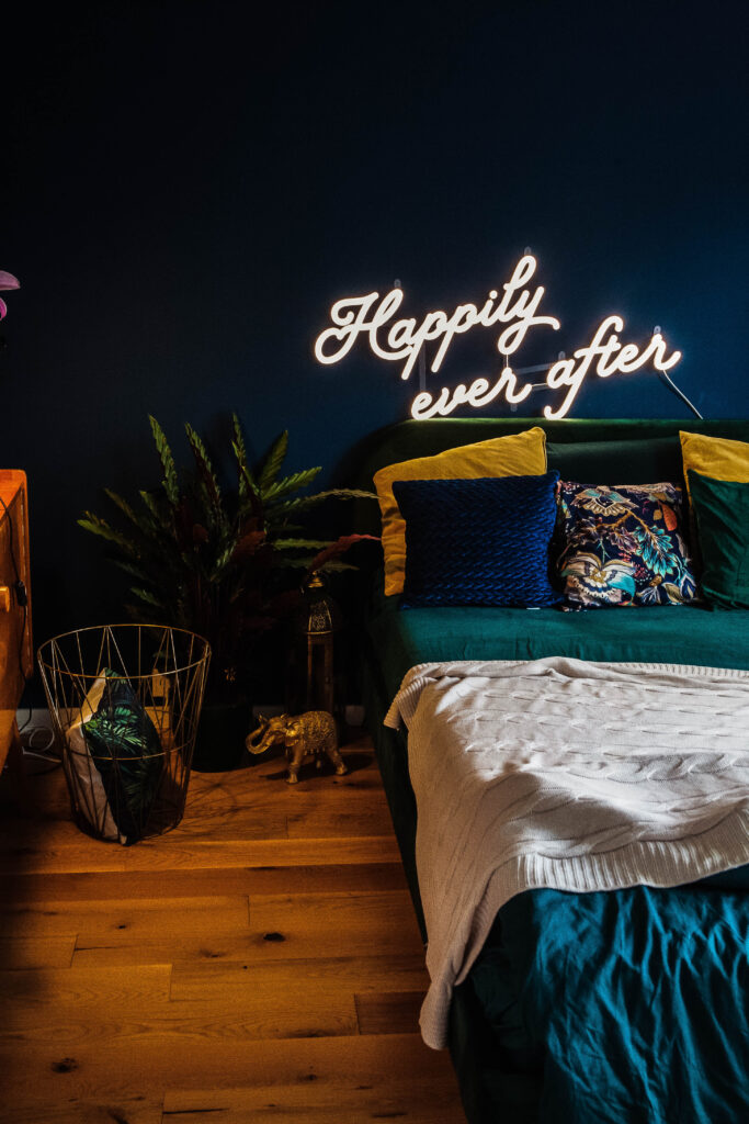 świecący napis w sypialni